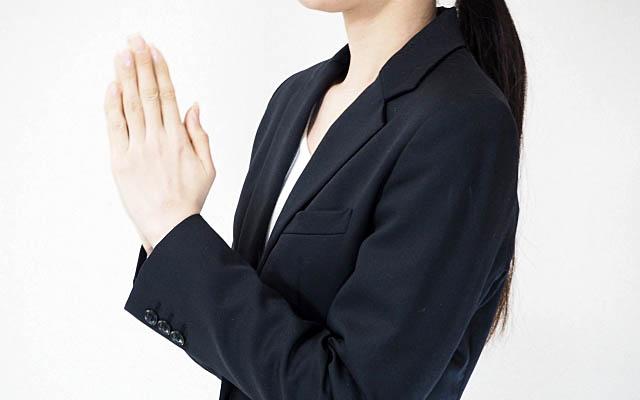 神社を参拝する女性