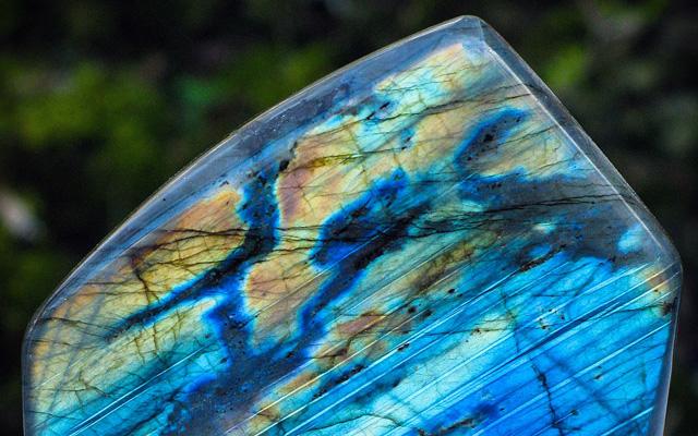 ラブラドライトの原石