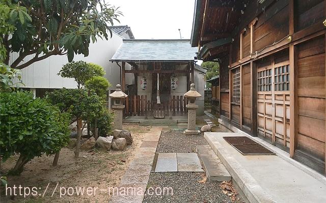 駒林神社の境内にある荒神社