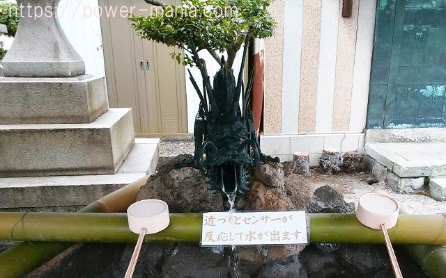 駒林神社のセンサーが付いた龍の手水舎