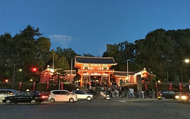 夜の八坂神社の門