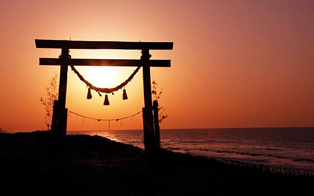 初詣のイメージ・神社の鳥居と日の出