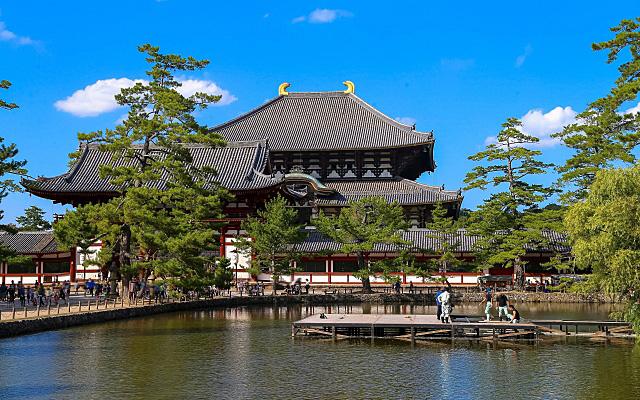 東大寺の境内にある池