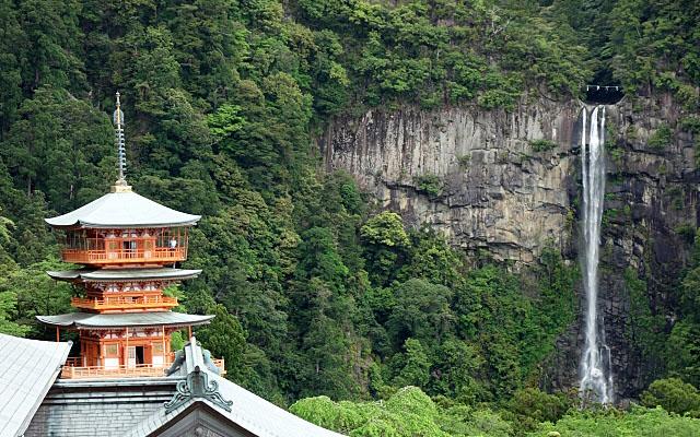熊野那智大社の三重塔と那智御滝