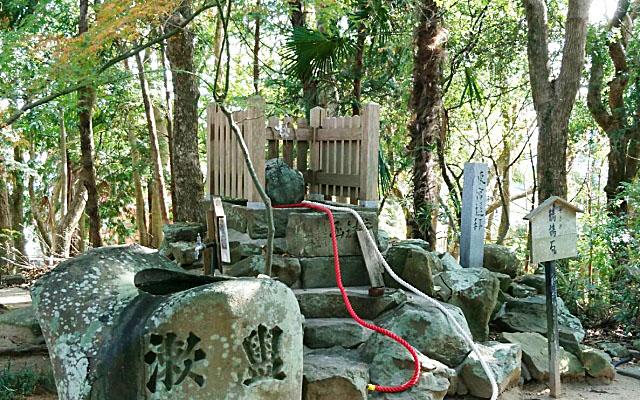 おのころ島神社の鶺鴒石