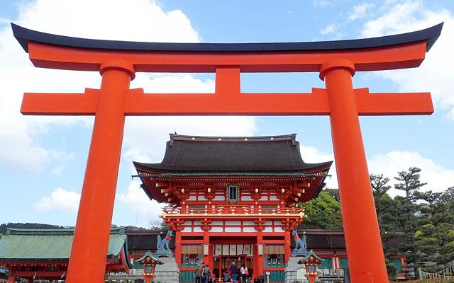 伏見稲荷大社の鳥居と楼門