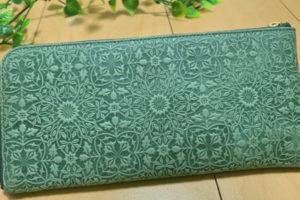 緑の模様入り長財布
