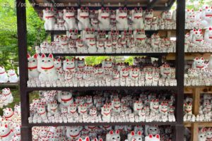 豪徳寺の招き猫が並んだ棚