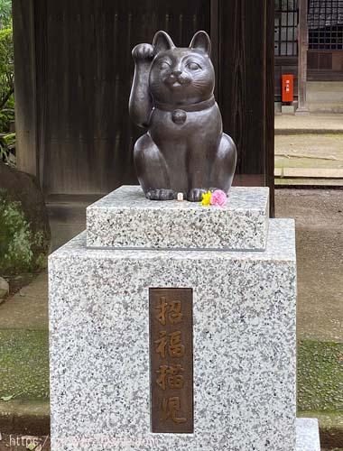 招福殿前の招福猫児像