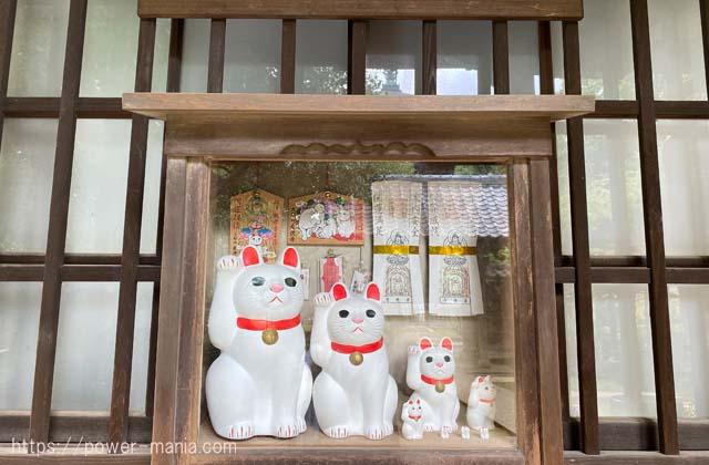 招福殿の招き猫