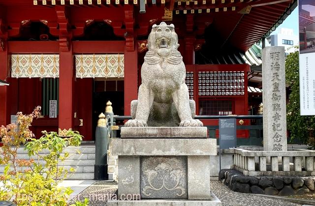 御社殿の前の右の狛犬