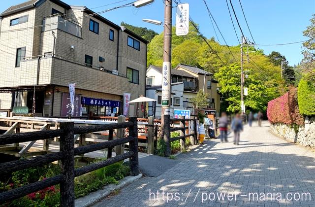 高尾山口駅からの道